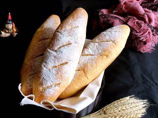 粗粮长棍面包,烤完拿出冷却,冷却后放入保鲜袋保存,不要长时间放外边吹风。