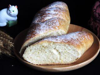 粗粮长棍面包,冷却后可以切开,尝一尝味道了,感觉粗粮的面包健康而美味可口。