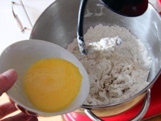 粗粮长棍面包,鸡蛋打散后倒入厨师机。