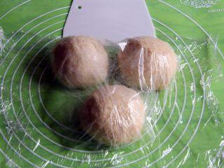 粗粮长棍面包,分成三个剂子,每个170克。盖上保鲜膜静置20分钟。