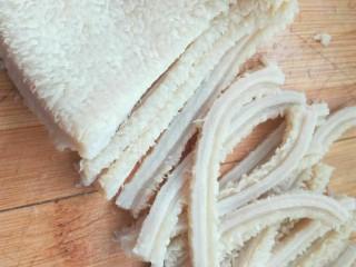 凉拌牛肚,把牛肚用刀切成细条,薄厚随意,个人建议尽量薄一点。