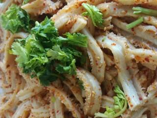 凉拌牛肚,加入适量的适量的蒜末和香菜,拌匀。