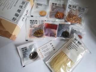 柳州螺蛳粉,这种半成品的螺丝粉,食用起来非常方便,螺蛳粉的味美是因为它有着独特的汤料,汤料是由螺蛳肉、三奈、八角、丁香等多种天然香料制成的,味道非常鲜美。
