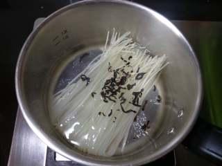 柳州螺蛳粉,把米粉和干木耳放入锅中煮十分钟左右。