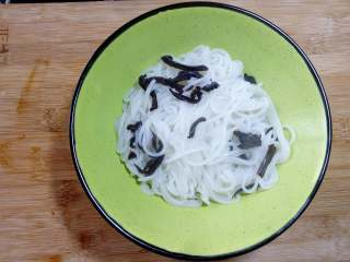柳州螺蛳粉,把米粉捞出,放入碗中待用。