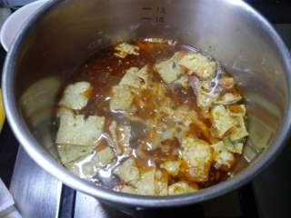柳州螺蛳粉,根据自己的喜欢倒入调料包,辣油根据口味来放。
