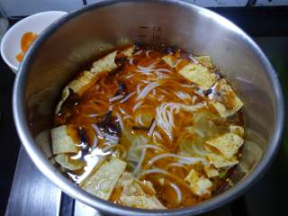 柳州螺蛳粉,再把刚才煮好的米粉倒入,再次煮开,就可以了。