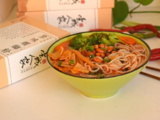 柳州螺蛳粉,一碗香气四溢,够味道的螺丝粉就可以享用了。