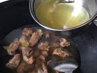 少油版糖醋排骨,我加的是煮玉米的水,因为扔了怪可惜的。水要没过排骨,先小火煮半小时后再大火收汁