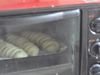 肉松辫子面包,放入预热好的烤箱,中层,180度,18分钟左右
