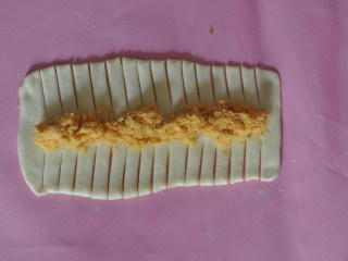 肉松辫子面包,中间摆上肉松,两边用刀割成条~