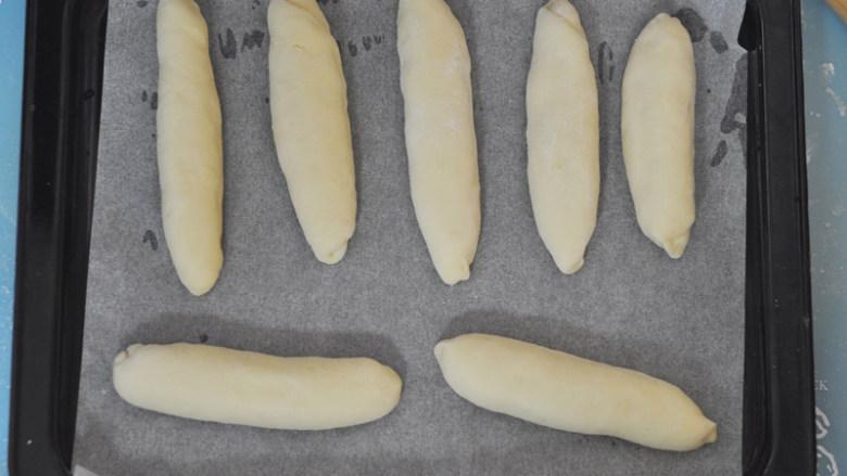 肉松面包,依次做好摆入铺了油纸的烤盘