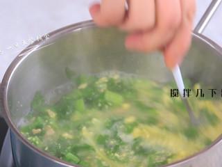 上汤油麦菜,蛋黄碎加入搅拌几下出锅。