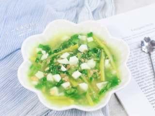 上汤油麦菜,蛋白切丁撒上。
