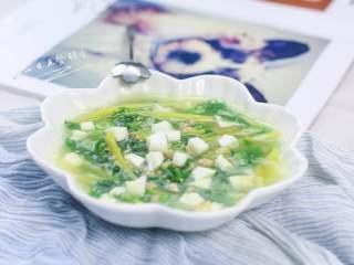 上汤油麦菜,一眼看上,有黄有绿有白,颜色不单调;汤汁浓郁,口感鲜美;有海米增加了点咸味,不需要额外加盐啦。