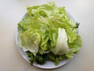 蒜蓉蚝油生菜,将西生菜叶子剥开,放在清水中浸泡洗净,将西生菜撕成块