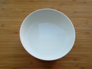 蒜蓉蚝油生菜,碗内加入半水,加入淀粉,盐搅拌均匀,调成水淀粉待用