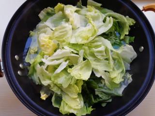 蒜蓉蚝油生菜,锅加水烧开,加入少许盐,下入西生菜焯水
