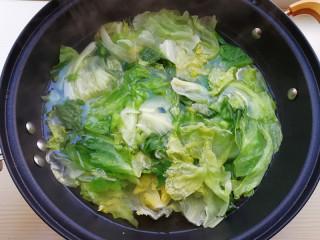 蒜蓉蚝油生菜,待将西生菜焯水至颜色变深