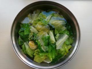 蒜蓉蚝油生菜,捞出放在冷水中投凉