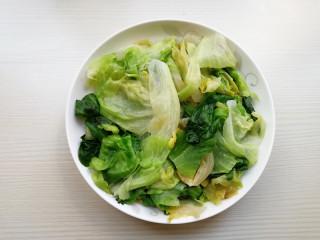 蒜蓉蚝油生菜,将西生菜捞出,控净水,放在盘内