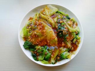 蒜蓉蚝油生菜,将汤汁淋在西生菜上即可