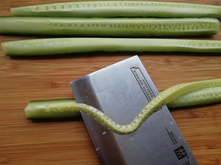 家常腌黄瓜,把黄瓜瓤用刀片去不用