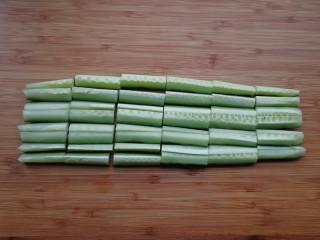 家常腌黄瓜,将黄瓜条切成寸段
