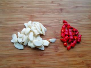 家常腌黄瓜,将大蒜切片,小米辣切成小段