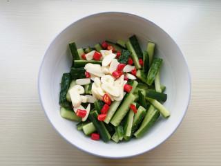 家常腌黄瓜,8.到时间后,将黄瓜腌制出的水倒出不要,加入蒜片、小米辣、白糖