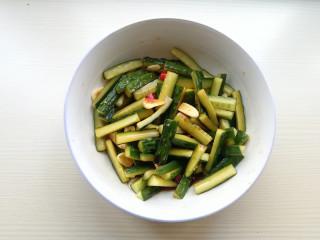 家常腌黄瓜,用筷子翻拌均匀