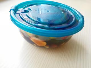 家常腌黄瓜,放在保险盒内,放冰箱内冷藏一晚,(期间上下翻动一两次,让黄瓜均匀的接触到酱汁)就可以食用了