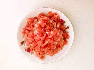 肉末三丁盖浇饭,把猪里脊肉切成小丁