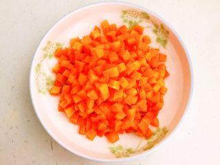 肉末三丁盖浇饭,把胡萝卜切成小丁