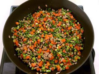 肉末三丁盖浇饭,翻炒2分钟