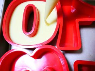 快手网红数字蛋糕,把面糊挤入硅胶模具九分满