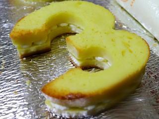 快手网红数字蛋糕,淡奶油加入细砂糖打发至六七分即可裱花。一片蛋糕上裱一层圆形奶油,铺满后再盖上另一片蛋糕,表面再用圆口裱花嘴裱满奶油