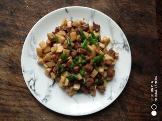 杏鲍菇牛肉粒,装盘撒上葱花