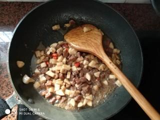 杏鲍菇牛肉粒,倒入一点点水