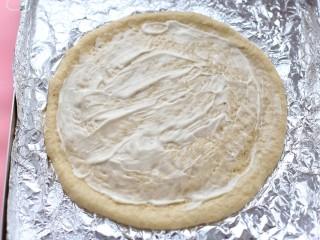 香蕉芒果披萨——九寸,在饼皮上均匀的刷一层沙拉酱,边缘不用刷酱