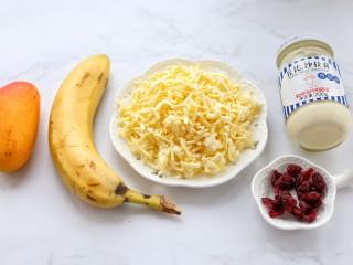 香蕉芒果披萨——九寸,准备好水果、奶酪、沙拉酱和蔓越莓干