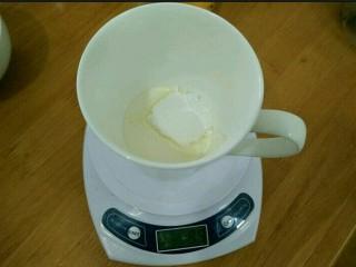 酸奶淋面蛋糕,淡奶油加入糖粉,打到半流动状态。