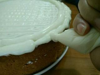 酸奶淋面蛋糕,然后在旁边挤适量奶油,形成自然的滴落状。