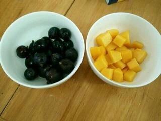 酸奶淋面蛋糕,芒果切小块,葡萄洗干净。