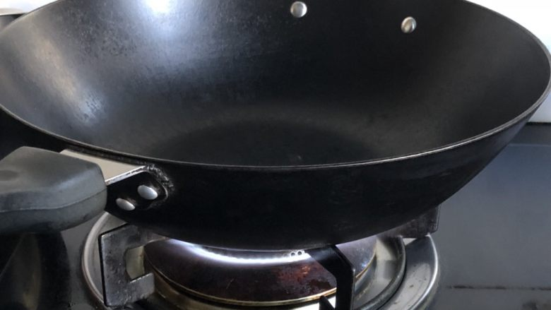 史上最嫩鸡胸肉,厚一些的铁锅,大火烧热。手放在上方能明显感觉到烫。