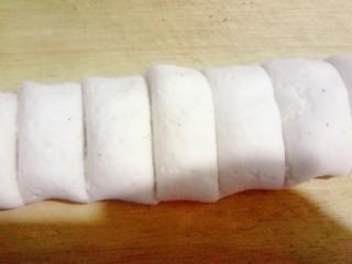 萌萌哒小猪汤圆,柔好的面团搓成圆柱形下成小剂子