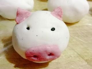 萌萌哒小猪汤圆,用粉色的面团做小猪的鼻子和耳朵,黑芝麻点缀做眼睛