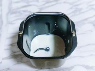 香葱培根芝士面包,首先将牛奶放入面包桶中。
