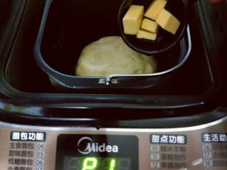 香葱培根芝士面包,这时把黄油称重切小块,室温软化。20分钟后面团处于扩展阶段,这时加入室温软化的黄油。(室温自然软化)