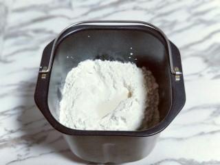 香葱培根芝士面包,加入高筋面粉,再面粉的顶端挖个小洞,(注意不要挖到液体) 然后把酵母粉倒入挖好的小洞里。再将莲藕盖起来。